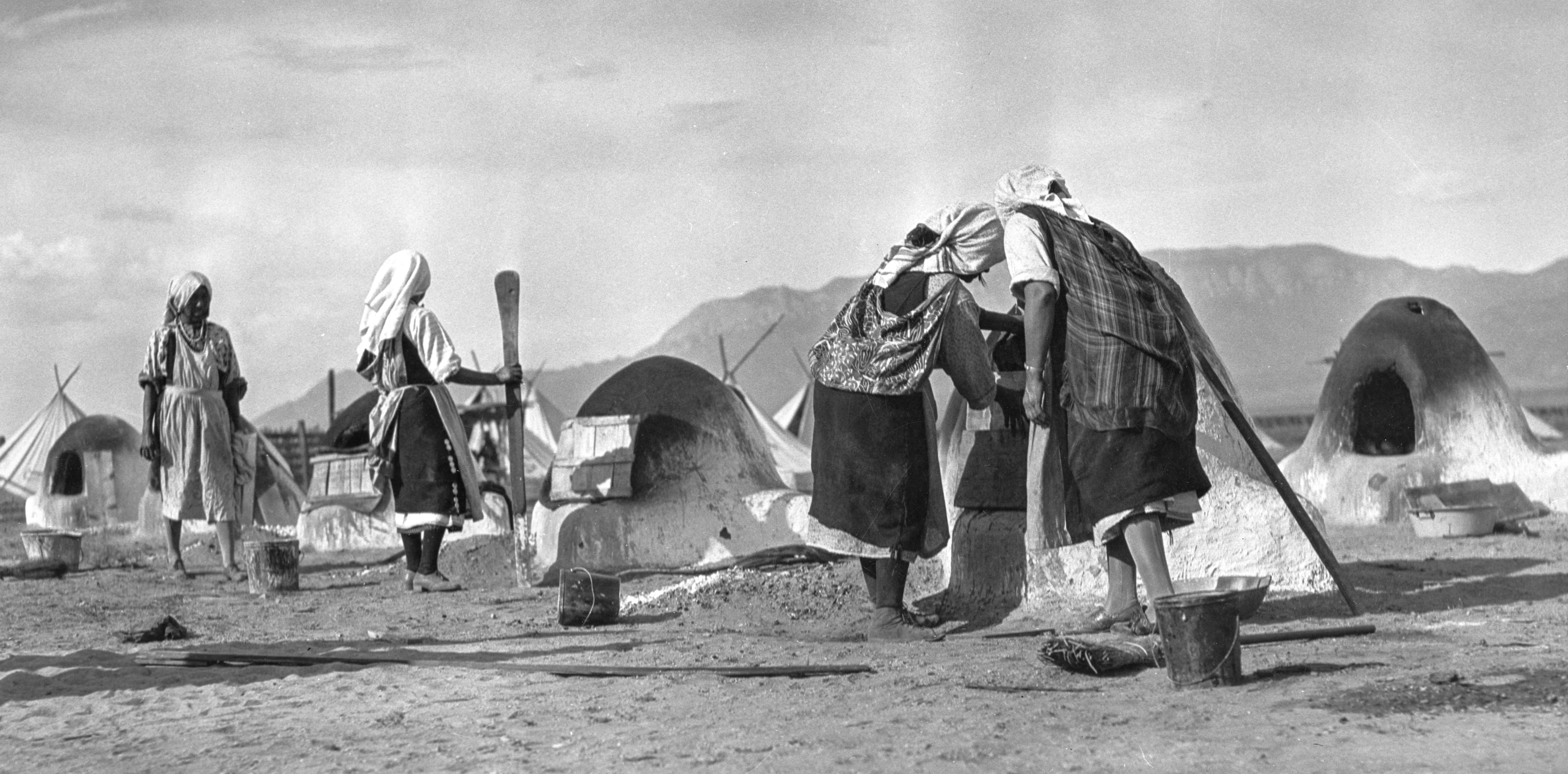 Hanna & Hanna, Women working with hornos, ca. 1930