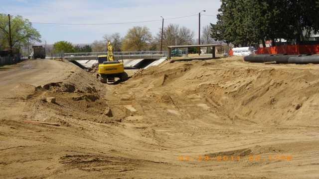 006-03-29-11-removing concrete lining east of comanche bridge-lw.jpg